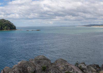 Blick von Moturiki Island auf Motuotau Island und den Beach bei Mount Maunganui, Bay of Plenty, Neuseeland