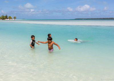 Spielende Kinder am Ootu Beach, Aitutaki, Cookinseln