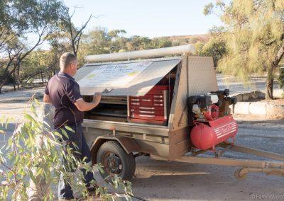 K&J Motor Service Hyden hilft bei der Reifenpanne, Wave Rock, West-Australien