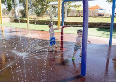Willkommene Abkühlung am Wasserspielplatz in Cue, West-Australien