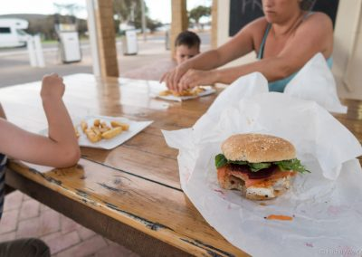 Feiner Fisch-Burger und Pommes, Kalbarri, West-Australien