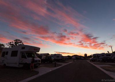Sonnenuntergang auf dem Queens Grove Caravan Village, Perth, West-Australien